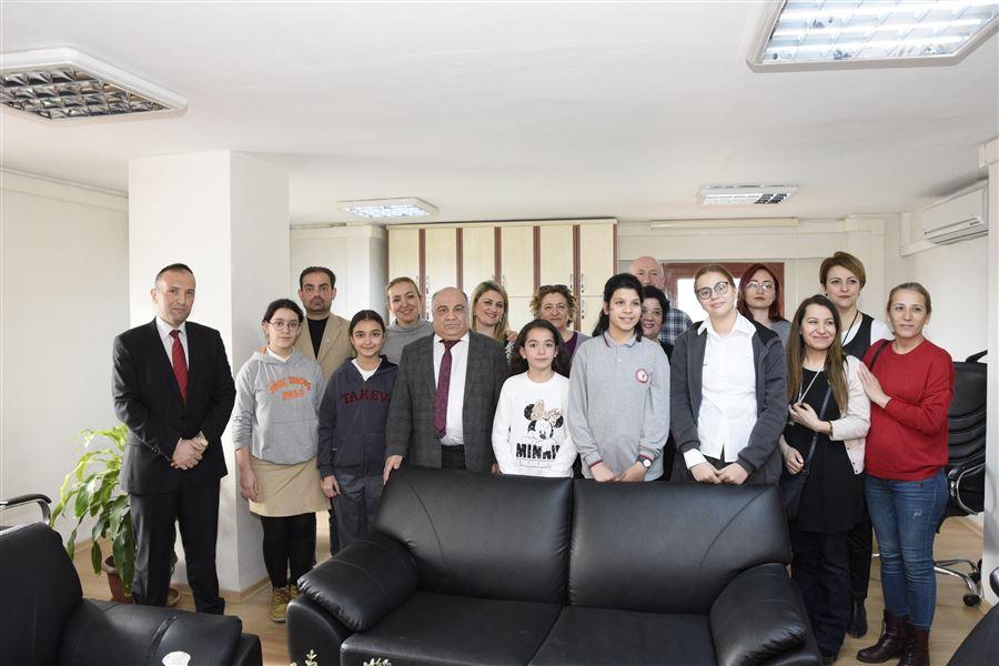 İl müdürümüz Şahin ERSÜ Kooperatifçilik konulu resim yarışmasına katılan öğrenciler ile ödül töreninde bir araya geldi.